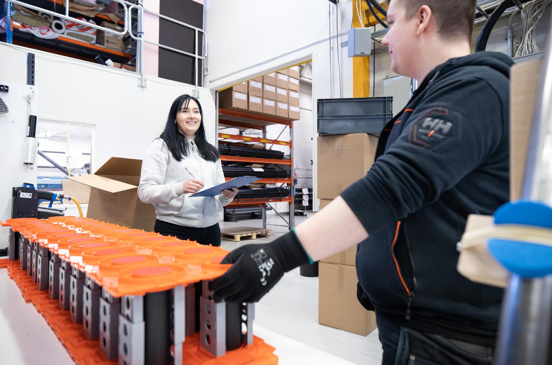 Sewatekin tehdas ja S-sarjan läpivientejä valmistuksessa